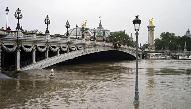 Los museos del Louvre y de Orsay en París han trasladado sus obras almacenadas en los sótanos a un lugar seguro este viernes ante la continuada crecida del río Sena, que se ha desbordado en algunos puntos.