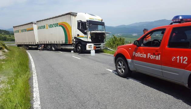 Un camión cruzado en el puerto de Lizarraga obliga a desviar el tráfico