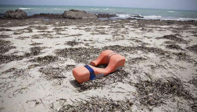 Un chaleco salvavidas permanece tirado en una playa donde han aparecido los cuerpos sin vida.