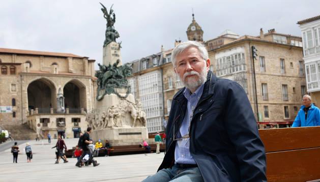Florencio Domínguez Iribarren enla plaza de la Virgen Blanca de Vitoria, ciudad en la que se construye el Centro Memorial de las Víctimas del Terrrorismo.