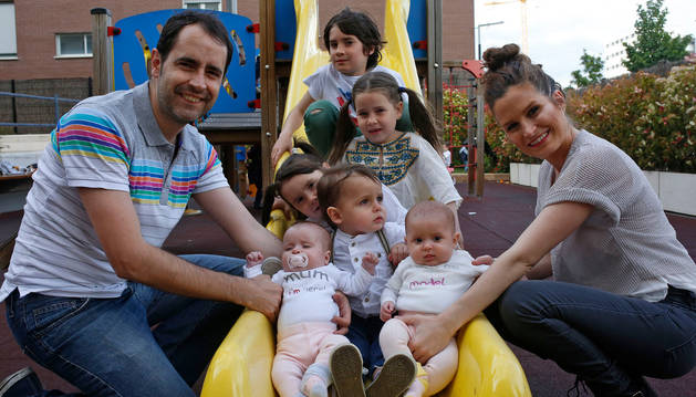 Los pamploneses Aritz Seminario Ilundáin (39 años) y Estefanía Unzu Ripoll (31) con sus seis hijos -Aimar (10), Irati (6), Laia (5), Julen (2) y las mellizas Anne y Eider (4  meses)-, en los columpios del edificio en el que residen en el Soto de Lezkairu,