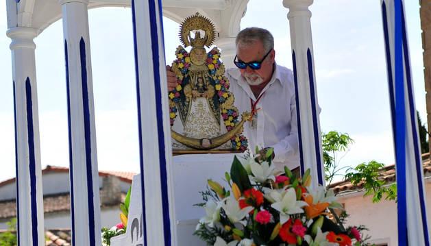 El anterior hermano mayor, Manuel Guillén, colocando a la Virgen en el carro.