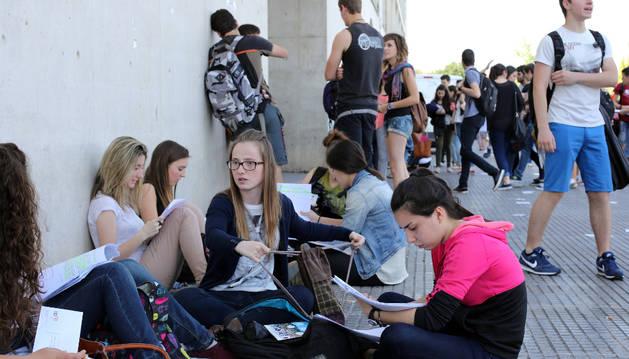 Un grupo de alumnos repasa antes del primer examen de Selectividad del año pasado en la UPNA.