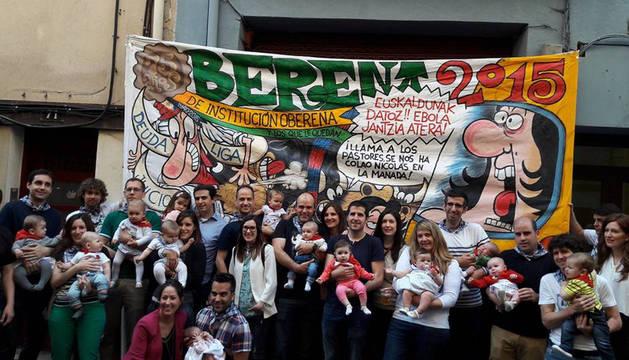 Entrega de pañuelos txikis a los niños nacidos entre mayo de 2015 y mayo de 2016.