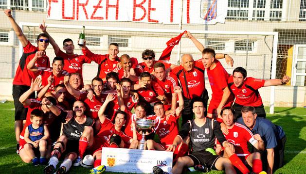 La plantilla del Beti Casedano celebra el título de Copa a pie de campo con sus aficionados.
