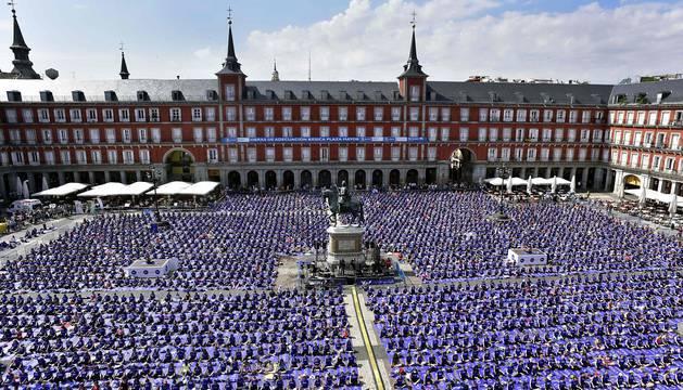 La plaza Mayor de Madrid se ha llenado esta mañana de esterillas para acoger una multitudinaria clase de yoga en la que han participado cerca de 3.000 personas