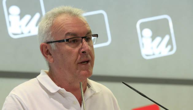 El coordinador federal de IU, Cayo Lara, durante una rueda de prensa.