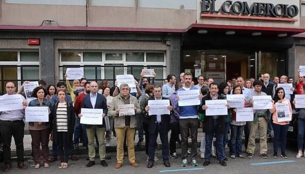 Concentración ante las puertas de EL COMERCIO.