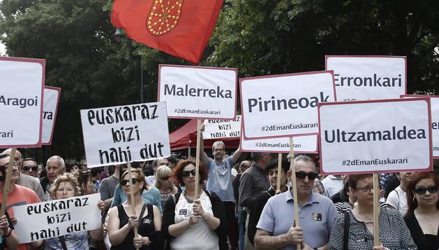 Una multitudinaria manifestación recorre Pamplona a favor del euskera