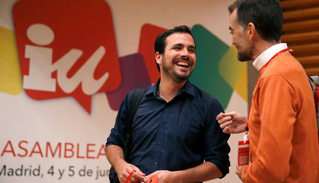 Alberto Garzón conversa con Antonio Maíllo, durante la Asamblea Federal de IU.