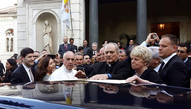 El papa Francisco a su salida de la cumbre organizada por la Pontifica Academia de Ciencias Sociales del Vaticano.