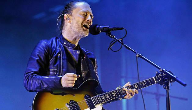 El cantante del grupo Radiohead, el británico Thom Yorke, durante su actuación en el Primavera Sound Festival 2016.