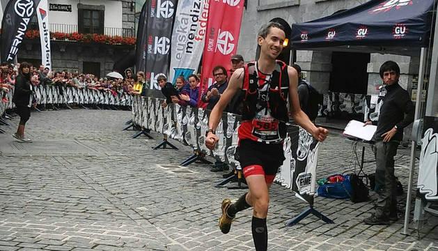 Julen Martínez de Estibariz, entrando en meta ayer como ganador.