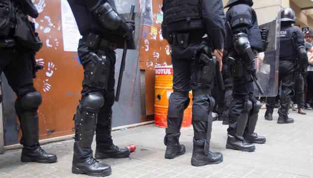 Agentes antidisturbios de los Mossos han rodeado los accesos del 'Banco Expropiado' de Barcelona.
