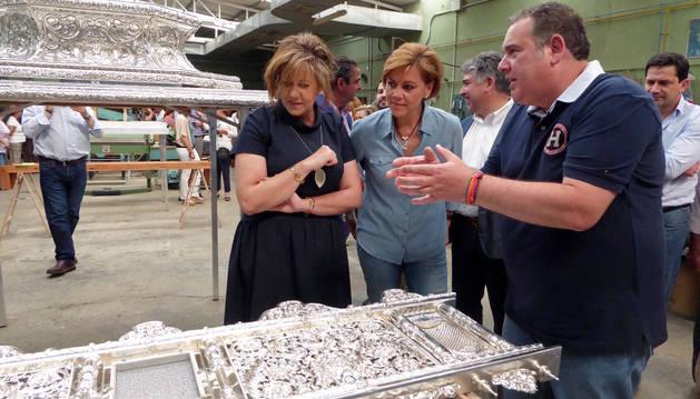 La secretaria general del PP, María Dolores de Cospedal visita una orfebrería en Torralba de Calatrava.