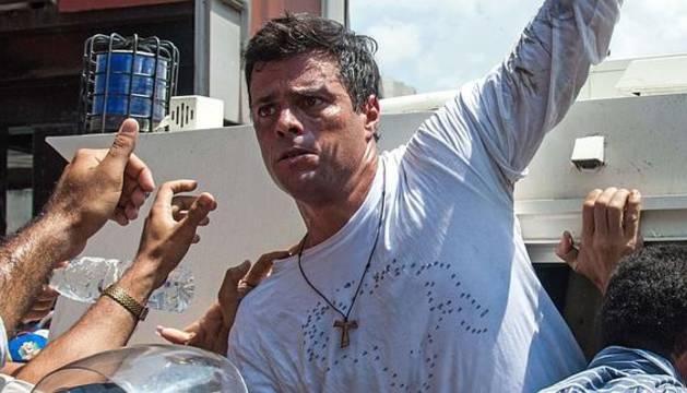 Leopoldo López, líder del partido opositor venezolano Voluntad Popular, en el momento de entregarse voluntariamente a la policía.