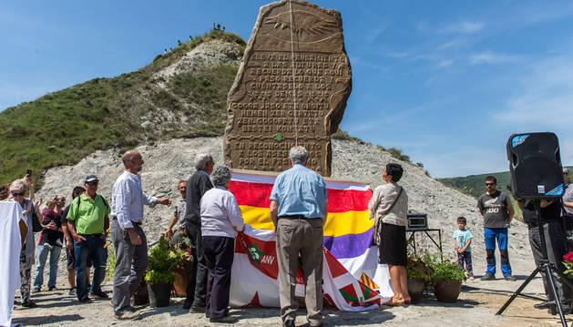 Monolito en las Tres Cruces de Ibero por los fusilados del 36