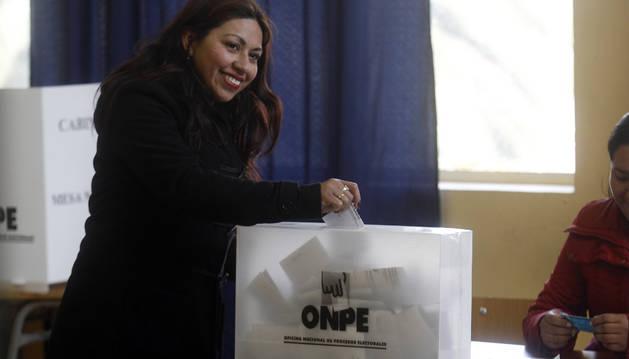 Ciudadanos peruanos residentes en Chile asisten a votar en Santiago de Chile.