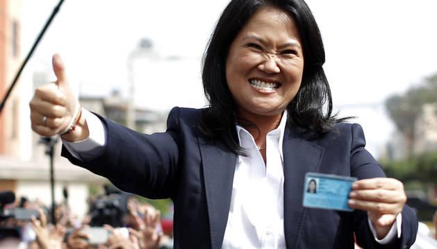 La candidata Keiko Fujimori enseña su documento de identidad instantes después de emitir su voto.
