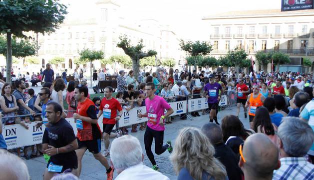 Un grupo de corredores, arropados por el público en la Plaza del Castillo en la edición del pasado año.