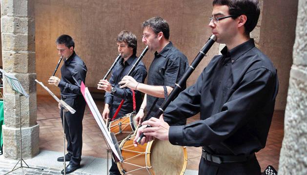 El grupo de txistularis interpreta una de las piezas que sonarán el próximo 10 de julio.