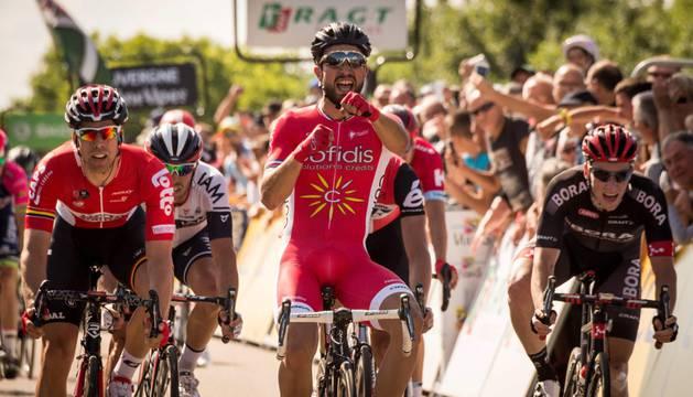 Nacer Bouhanni celebra su victoria en la primera etapa en línea de la Dauphiné.