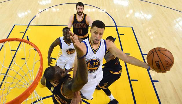 Curry entra a canasta contra los Cavaliers.