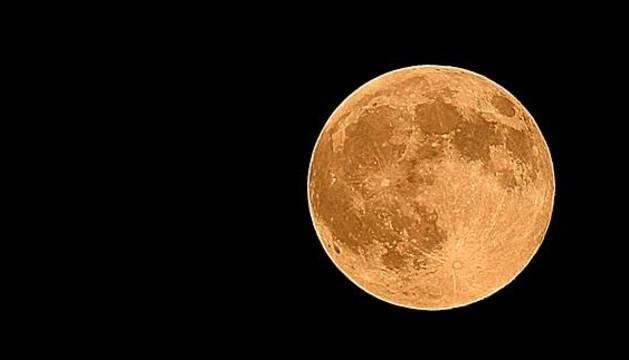Vista de la luna desde Manassas, Virginia, en EE UU.