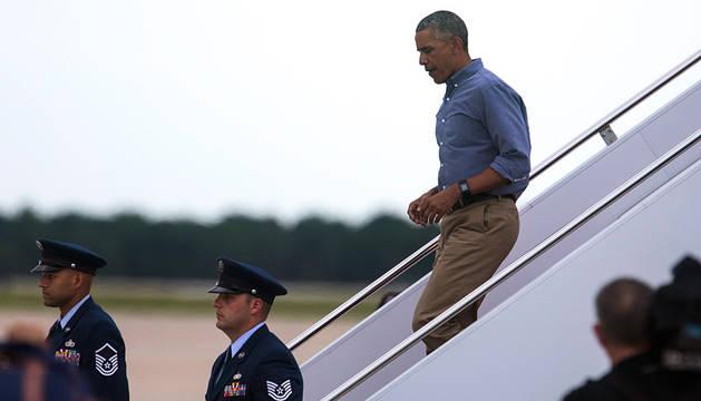 Barack Obama baja de un avión en Florida.