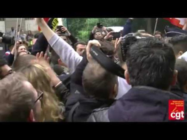 La CGT le lanza huevos al ministro de Economía francés