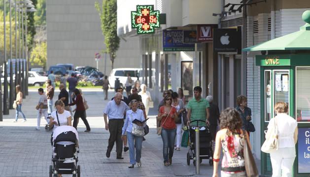 Varias personas caminan por la calle García Ximénez, en el centro de Pamplona.