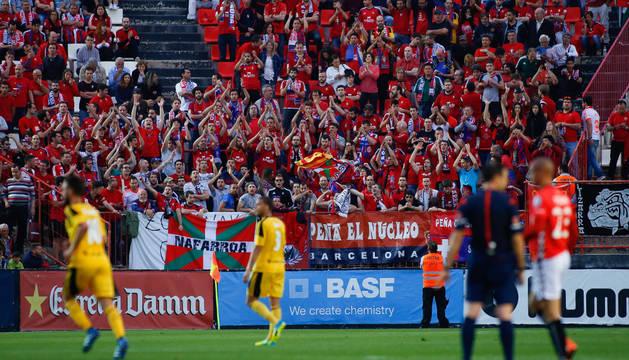 Aficionados rojillos animando al equipo en el último desplazamiento a Tarragona en mayo.