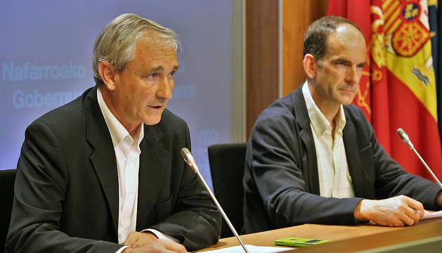 El consejero de Hacienda y Política Financiera, Mikel Aranburu, y el director gerente de Hacienda, Luis Esáin, este martes.