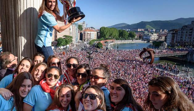 Las jugadoras del Athletic, en el balcón del Ayuntamiento.