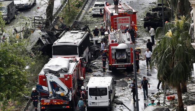 Policías y bomberos inspeccionan el lugar donde se ha producido un atentado en Estambul.