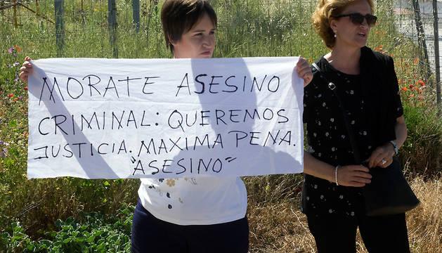 La madre y la hermana de Laura del Hoyo, una de las dos chicas asesinadas en Cuenca hace diez meses, reclaman justicia a las puertas del Juzgado de Primera Instancia e Instrucción de Cuenca.