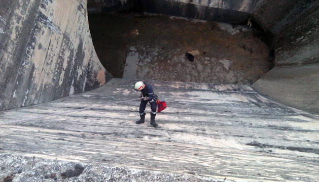 Rescatado ileso un perro que cayó de 18 metros en Alloz