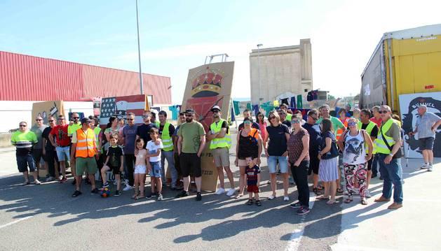 Trabajadores de General Electric Buñuel, junto a familiares, posaron el martes ante la factoría donde tienen instalado el campamento de huelga.