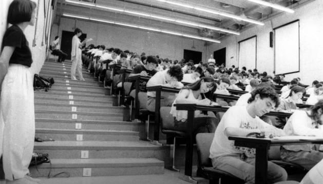 1994. La clásica foto de la Selectividad: centenares de alumnos examinándose en el Aula 09 del Aulario de la UPNA, sede desde 1990.