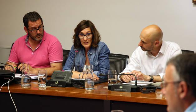 Desde la izda.: Carlos Beriáin Yoldi y Miren Edurne Moreno de Gracia, los padres de Marcos, con el presidente de la comisión, Iñaki Iriarte (UPN), ayer en el Parlamento.