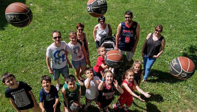Padres promotores de la propuesta de canastas de baloncesto en la vía pública, ayer con sus hijos en el entorno de San Benito, el corazón del parque de Los Llanos y el sitio que ven más adecuado.