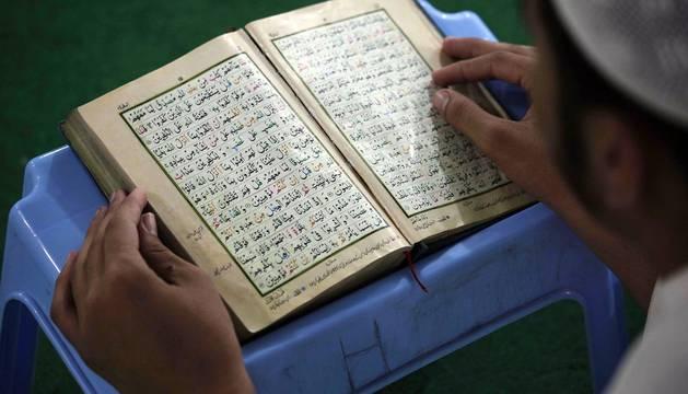 Musulmanes rezan durante el segundo día de Ramadán dentro de una mezquita.