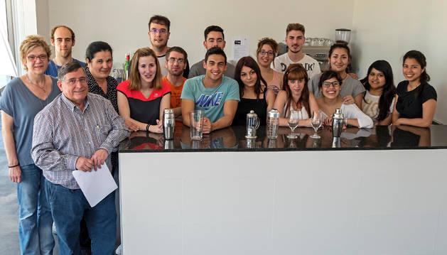 Los alumnos de la escuela taller de Estella, ayer durante la presentación del inicio del proyecto, junto al concejal de Industria Ricardo Gómez de Segura y personal de la escuela.