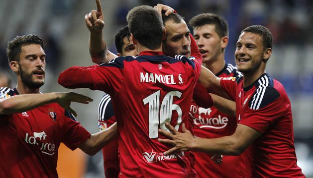 Los jugadores de Osasuna celebran el quinto gol en el Carlos Tartiere.