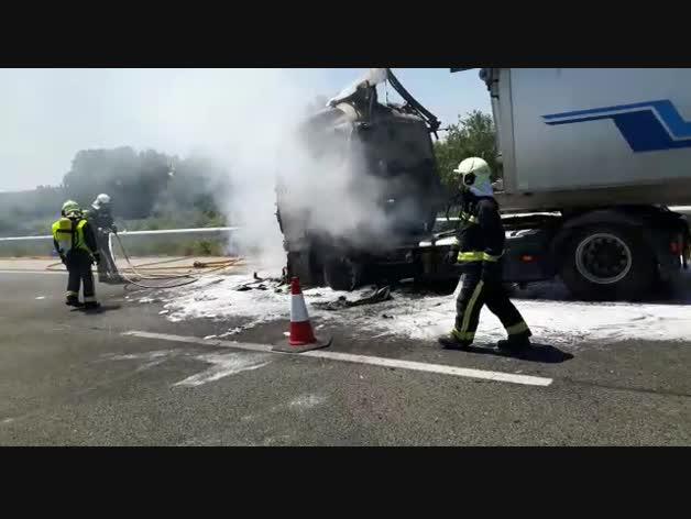 Los bomberos sofocan las llaman de un camión en la AP-15