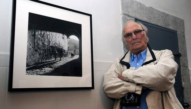 El director de cine y fotógrafo profesional Carlos Saura junto a una de sus fotos durante la inauguración de la muestra