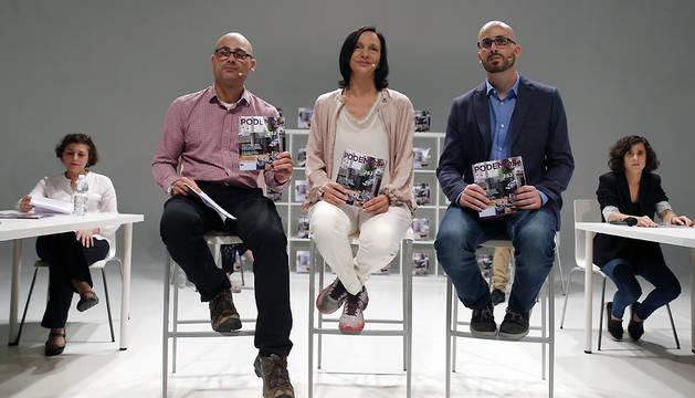 La secretaria de Análisis Social de Podemos, Carolina Bescansa, el secretario de Economía, Nacho Álvarez (d), y el responsable de programas, Txema Guijarro, durante la presentación de la oferta electoral de Podemos.