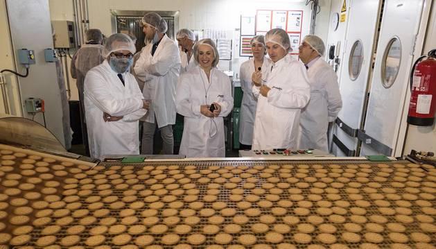 El director de la planta, Andrea Brambilla (con el micrófono en la mano), explica el proceso de elaboración de la galleta La Buena María.
