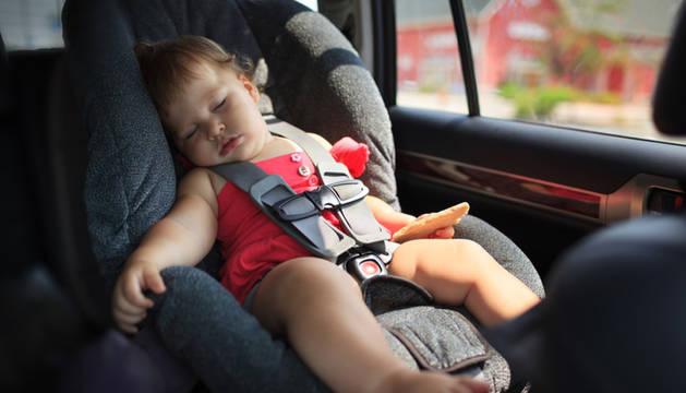 Un niño puede sufrir un golpe de calor en el coche con una temperatura exterior de 25º