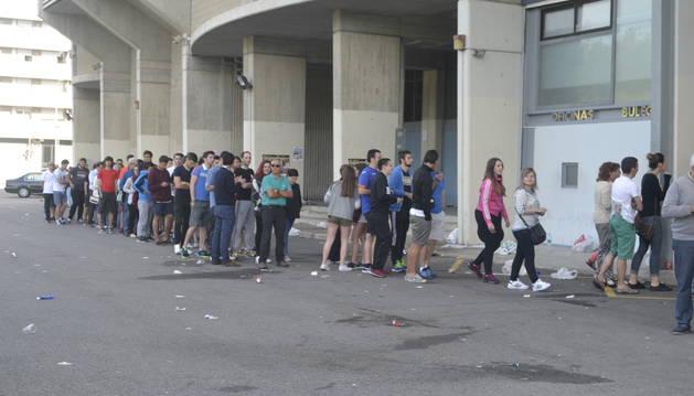 La fila de aficionados espera su turno para conseguir su entrada contra el Nástic.